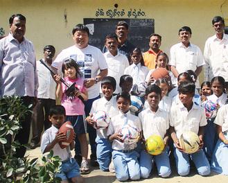 南インドの学校で交流した内野敦さんと聖火さん(後列左から3、4人目)