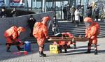 負傷者を救出する消防隊