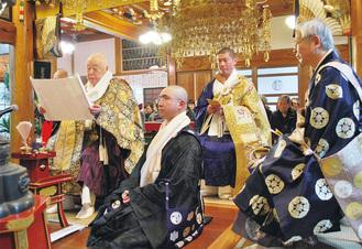 涅槃会法要で表白文の奉読をする市仏教連合会会長の山本信行導師(左)
