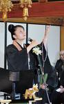 奈良県の西迎院副住職の光誉師が歌を披露