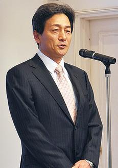 挨拶をする西田会長