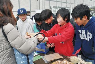 クッキーを販売する児童