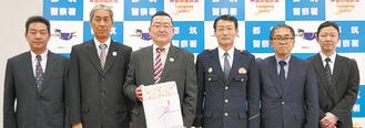 上村会長(左から3番目)と城田会長(右から2番目)ら