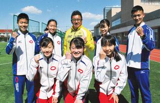 前列左から伴野さん、府川さん、小貫さんと後列左から吉川さん、林さん、常磐教諭、富樫さん、平岡さんの競歩チーム