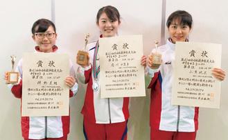 左から入賞した伴野さん、府川さん、小貫さん=同校陸上部提供