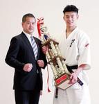 渡辺代表(左)と優勝トロフィーを持つ後藤選手