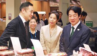 頼氏(右)にモザイクモール館内を説明する鈴木氏(左)