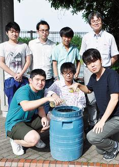 古川准教授(後列右)と学生