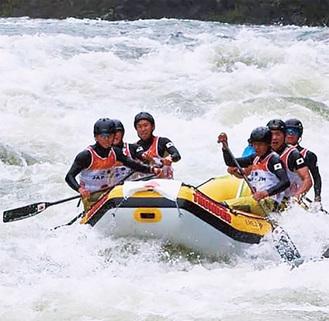 息を合わせ川を下るチーム「TAMA」