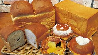 スーパーリッチ(右上)ほかパンやケーキ約20種が並ぶ