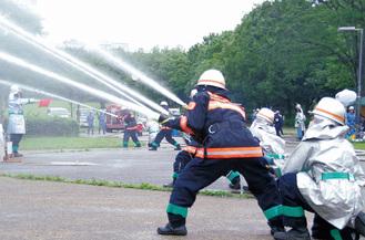 一斉放水する団員