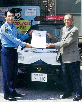 ミニパトの前に立つ加藤さん(右)と小林署長=都筑署提供