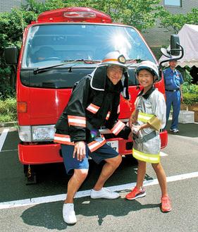 消防服を着て撮影する親子