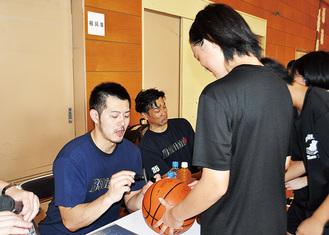 サインに応える山田コーチ