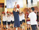 シュートのフォームを指導する竹田選手