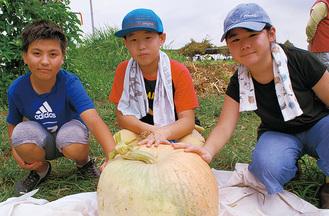畑で採れたかぼちゃと参加者