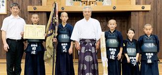 櫻井館長(左)とメンバーら