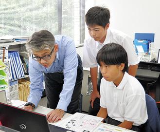 社員に記事作成を学ぶ中條さん(右)と竹田さん