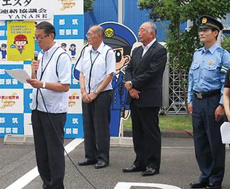 挨拶する鴨志田会長(左)