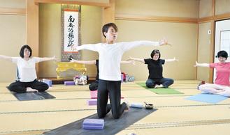 講師の安藤静さん(中央)と同じポーズを取る参加者