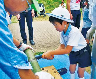 竹ぽっくりづくりをする子ども