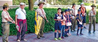 岩嶋支会長(左から2人目)とボーイスカウト第120団の募金活動