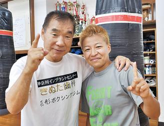 冴美選手(右)と肩を組む花形会長は「弟子であり娘のような存在」と笑顔