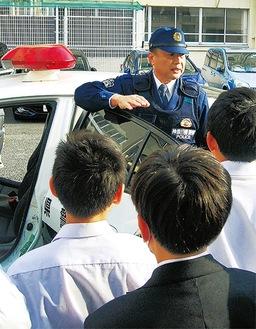 都筑警察署員の話を聞く生徒