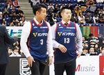 蒲谷さん(左)と山田コーチの引退セレモニー