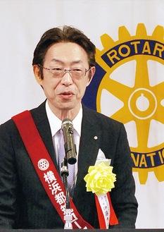 式典で挨拶する伊藤会長
