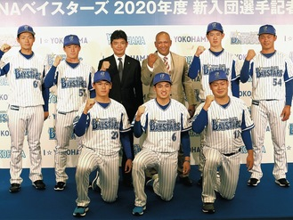 三原球団代表、ラミレス監督を囲む新入団選手(前列中央が森選手)
