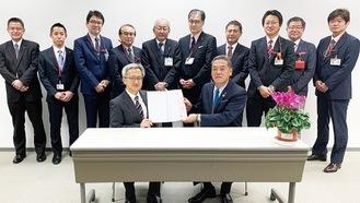 仲澤所長(左前)、串田局長(右前)と区内郵便局の局長ら