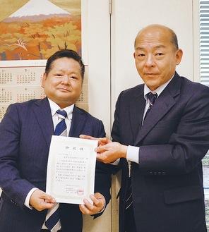 区社協の半田事務局長(右)と同組合の鬼束神奈川支部長