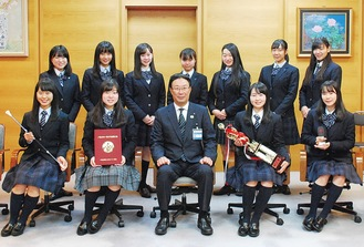記念撮影をする生徒と中野区長(下段中央)
