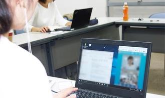 画面上で会話する女性=横浜市提供