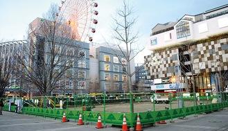 フェンスで囲われたセンター北広場=12日撮影