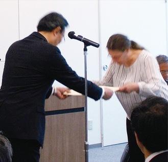 表彰状を受け取る受賞者(右)