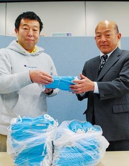 マスクを寄付した谷さん(左)と半田事務局長