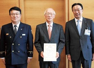左から佐々木消防署長、萩野会長、中野区長