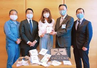 マスクを実際に着用した区長(右から2番目)ら