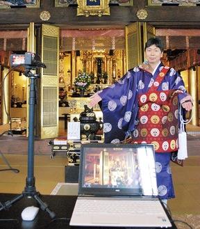 パソコンとカメラを紹介する日野副住職