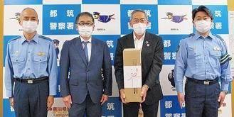 カメラを寄贈した城田会長(左から2人目)と村田会長(左から3人目)