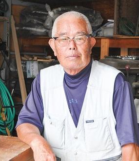 作業場で職人の表情を見せる松本さん