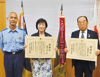 賞状を手にする(右から)岩嶋会長と山極会長、押部署長