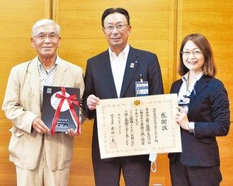 左から受賞した折戸会長と中野区長、都筑土木事務所の田畑副所長