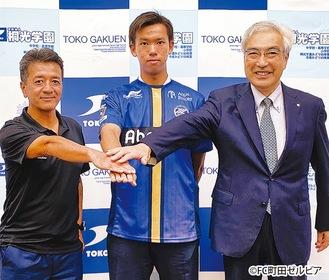 奈良坂選手(中央)と三島強化部長(左)、小塚理事長