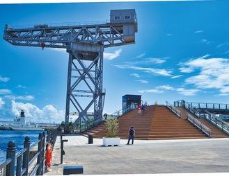 海を面するパークとデッキ(右の建物が横浜ハンマーヘッド)