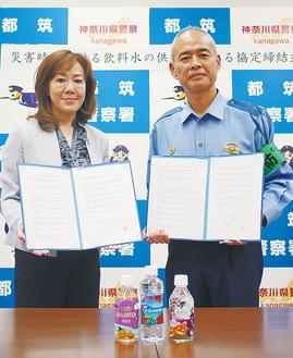 協定書を手にする中田代表取締役CEO(左)と押部署長