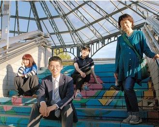 駅前でポーズをとる右から岩室さん、園田さん、馬場さん、大政さん