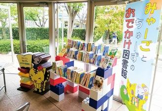 大型ブロックで作り上げられた本棚